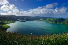 Panoramablick auf den Lagoa Azul bei Sete Cidades
