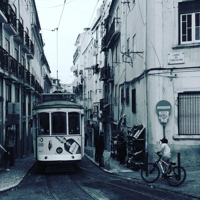 Straßenbahn in Lissabons Altstadt, schwarzweiß Foto
