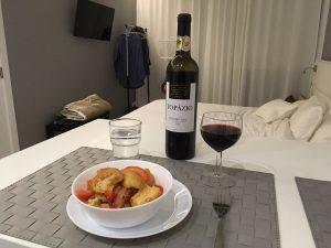 Zimmer in der Unterkunft mit Tomatensaft und Rotwein